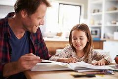 Hem- skolgång för fader hans unga dotter royaltyfri bild