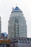 Hem- skyskrapor på en bakgrund av blå himmel Arkivbilder