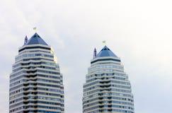 Hem- skyskrapor på en bakgrund av blå himmel Royaltyfri Foto