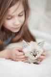 Barn och kattunge Fotografering för Bildbyråer
