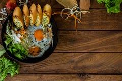 Hem- stilfrukost med Fried Eggs royaltyfria foton