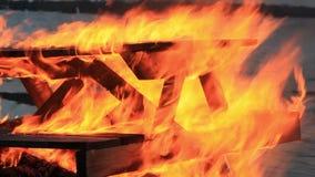 Hem- stilvideo Sekund för ljud 20 Extrem närbildvideo av en brinnande picknicktabell på slutet av ett parti vid en kropp av va