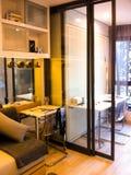 Hem- studio för att folk hemma ska arbeta i bra dagsljus royaltyfri bild