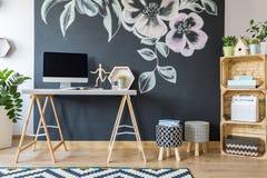 Hem- workspace med diy undfägnar royaltyfri bild
