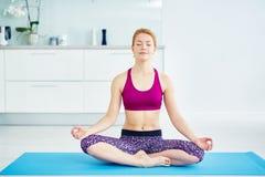 Hem- yogaövning arkivbild