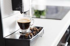 Hem- yrkesmässig kaffemaskin med espressokoppen arkivfoton