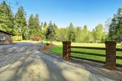Hem- yttersida med stort fäktat trädgårdområde, Royaltyfri Fotografi