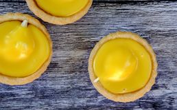 , hembakade citrontarts som ses på ett köksbord Royaltyfri Fotografi