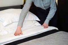 Hembiträde Making Bed royaltyfri bild