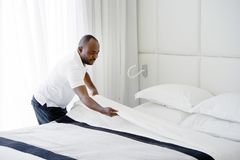 Hembiträde Making Bed royaltyfri fotografi