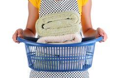 Hembiträde With Basket av handdukar Fotografering för Bildbyråer