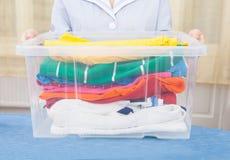 Hembiträde Holding Laundry Basket Arkivfoto