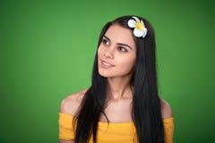 Hembra adolescente con la flor del Plumeria Imágenes de archivo libres de regalías
