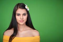 Hembra adolescente con la flor del Plumeria Imagen de archivo libre de regalías