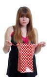 Hembra adolescente dada una sacudida eléctrica en el regalo de las tarjetas del día de San Valentín Foto de archivo libre de regalías