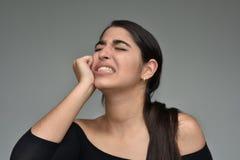 Hembra adolescente hispánica bajo tensión Imagenes de archivo