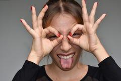 Hembra adolescente linda que hace caras divertidas Imagenes de archivo