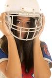 Hembra adolescente linda que lleva un casco de fútbol americano americano Fotos de archivo libres de regalías