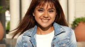 Hembra adolescente peruana joven sonriente Foto de archivo libre de regalías