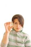 Hembra adolescente que sostiene un preservativo. Fotografía de archivo libre de regalías
