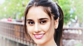 Hembra adolescente sonriente en el parque Imagen de archivo libre de regalías