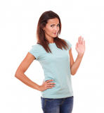 Hembra adulta atractiva con la mano del saludo Foto de archivo libre de regalías