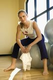 Hembra adulta en la gimnasia. fotos de archivo