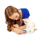 Hembra adulta joven que juega con el gatito Foto de archivo