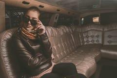 Hembra adulta magnífica que mira lejos con las gafas de sol de Lemosín Foto de archivo