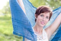 Hembra adulta pelirroja joven Eyed azul al aire libre fotografía de archivo