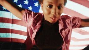 Hembra afroamericana con la bandera americana almacen de video