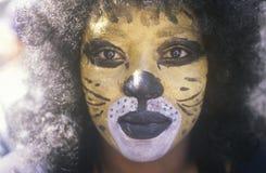 Hembra afroamericana en Cat Makeup, New Orleans, Luisiana Imagen de archivo libre de regalías