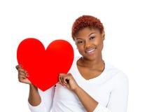 Hembra alegre en el amor que lleva a cabo el corazón rojo de la tarjeta del día de San Valentín Imagen de archivo
