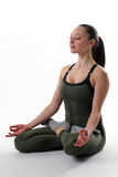 Hembra apta que medita haciendo una actitud del yogo Fotos de archivo libres de regalías