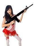 Hembra asiática atractiva con el rifle Fotografía de archivo
