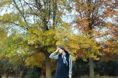 Hembra asiática en naturaleza del otoño con la preparación negra Fotos de archivo