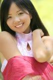 Hembra asiática hermosa con la bufanda Fotos de archivo libres de regalías