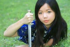 Hembra asiática joven con la espada Fotografía de archivo libre de regalías
