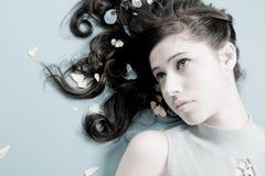 Hembra atractiva con el pelo trigueno fotografía de archivo libre de regalías