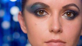 Hembra atractiva con maquillaje asombroso en ella ojos metrajes