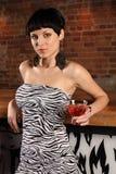 Hembra atractiva con martini Imagen de archivo libre de regalías
