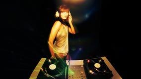 Hembra atractiva DJ almacen de metraje de vídeo