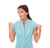 Hembra atractiva en camisa azul con los brazos para arriba Fotografía de archivo