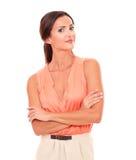 Hembra atractiva en la blusa elegante que le mira Fotos de archivo