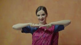 Hembra atractiva en la sari que sacude la cabeza y el guiño almacen de metraje de vídeo