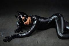 Hembra atractiva en traje negro del catwoman Imágenes de archivo libres de regalías
