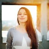 Hembra atractiva joven al aire libre Fotografía de archivo libre de regalías