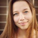 Hembra atractiva joven al aire libre Fotografía de archivo