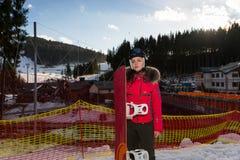 Hembra atractiva joven en traje de esquí, casco y las gafas del esquí stan Foto de archivo libre de regalías
