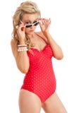 Hembra bastante joven en glasse rojo del traje de baño y del sol foto de archivo